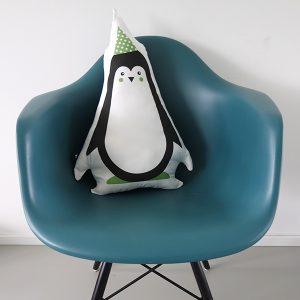 Kussen Kinderkamer Feestbeest Pinguin in kleur groen op een stoel ANNIdesign