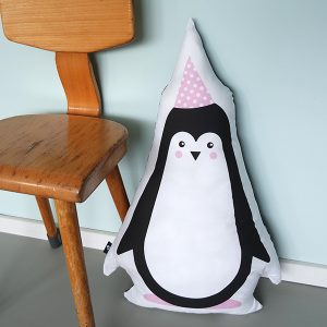 Kussen Kinderkamer Feestbeest Pinguin in de kleur roze met stoel ANNIdesign
