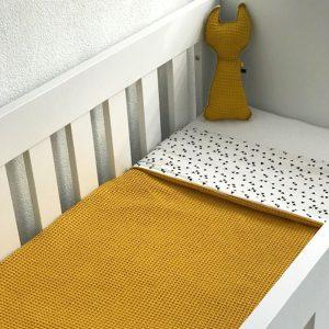Ledikant deken_triangel op wit met wafelstof oker ANNIdesign sfeer