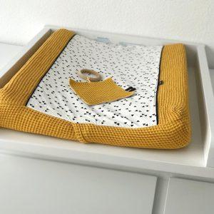 Aankleedhoes triangel op wit met wafelstof oker ANNIdesign sfeer