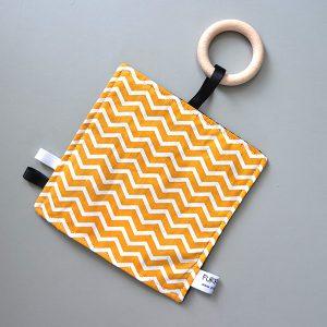 Speeldoekje Spelen zigzag oker met houten ring ANNIdesign