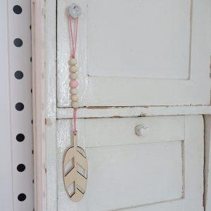 Hanger houten Veer roze ANNIdesign