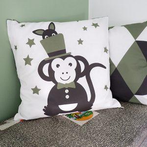 Kussen Circus Aap olijf groen ANNIdesign voor